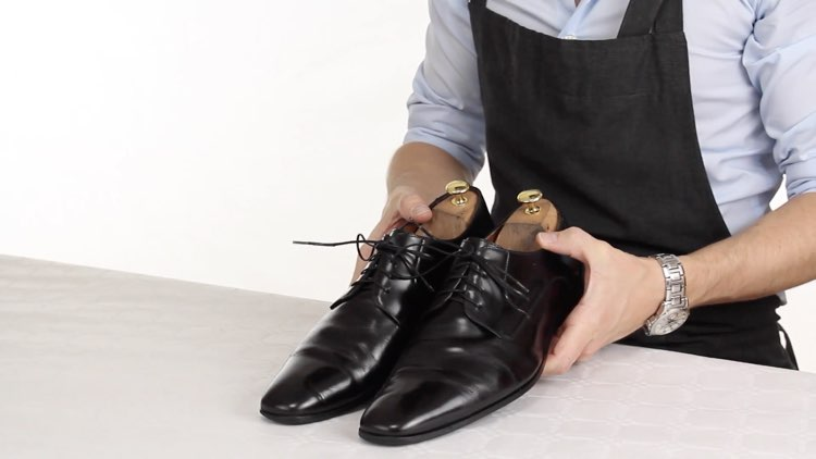How to Polish shoes Conenent Images.005
