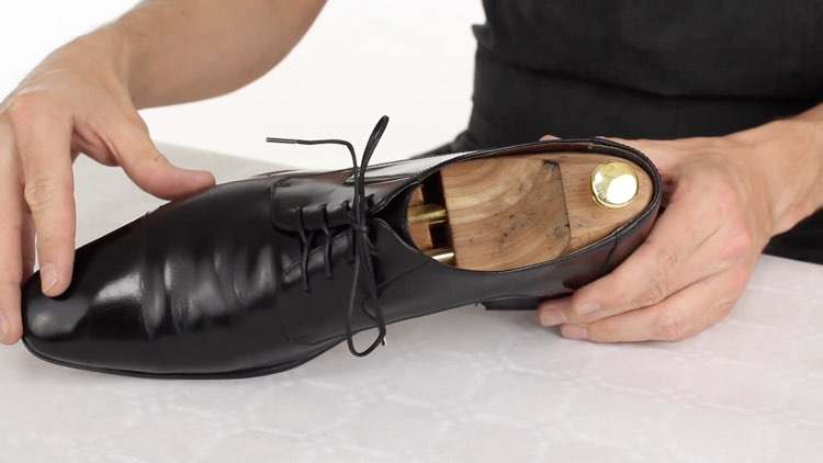 How to Polish shoes Conenent Images.027